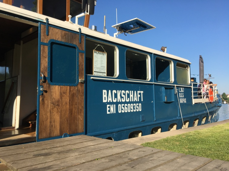 Auf das Bar/- und Restaurantschiff Backschaft gelangt man, wie es sich gehört über einen Holzsteg
