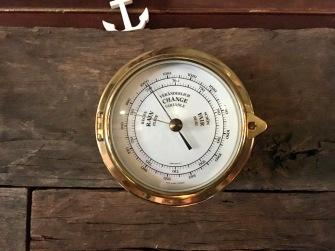 Hinter der Bar lässt sich das Wetter ablesen. Ein Barometer sollte in keiner Kajüte fehlen ...