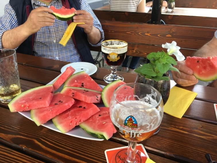 Gastfreundlichkeit wird im Hause Le Belge groß geschrieben: An besonders heißen Tagen, kann es schon mal sein, dass man einen Teller mit erfrischender Melone auf den Tisch bekommt.