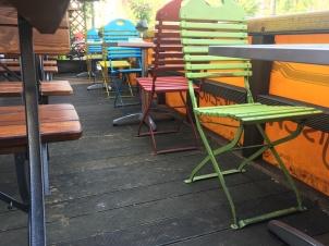 Freundlich & farbenfroh. Tisch und Stühle auf der Terrasse des Le Beleg.