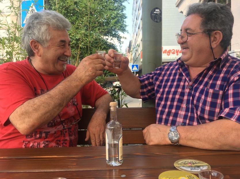 Jamas!!! Auf Gute Nachbarschaft: Der türkische Kneipenwirt Mensur, mit seinem guten, griechischen Freund und Kioskbesitzer Toni.