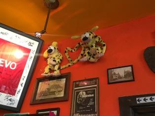 Eine weiter Geschichte: Das Marsupilami Päärchen wacht über die Bar im Le Belge.