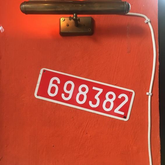 """... was hat es wohl mit der Zahl """"698382"""" auf sich?"""