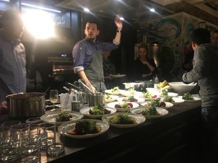 Manchmal muss Birtan bei seinen Veranstaltungen auf den Tisch hauen und sich Gehör verschaffen!! Der Garpunkt und die Qualität der Lebensmittel müssen schließlich stimmen!