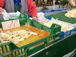 ... frische weiße Spargelspitzen! Beim Probieren haben wir uns für eine Sorte entschieden, die sehr lecker nach Erbsen geschmeckt hat! Wahnsinns Qualität!!