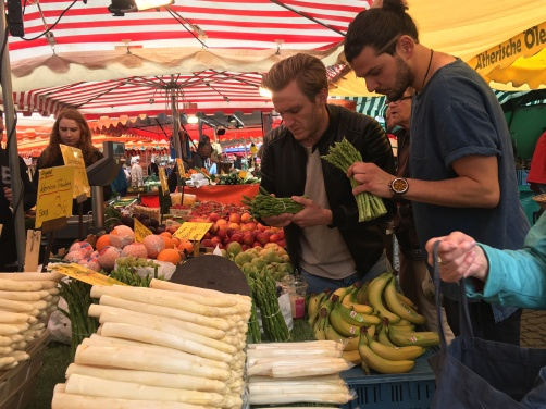 Immer wieder kritische Blicke beim Auslagencheck auf unserer Marktrunde über den Offenbacher Wochenmarkt.