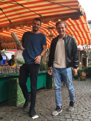 Auf unserer Marktrunde begleitet uns sehr viel Witz und gute Laune: Über das gemeinsame Kochen, sind Birtan und Kosta zu Best-Buddys geworden!