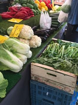 An den Marktständen: Frisches Gemüse soweit das Auge reicht.