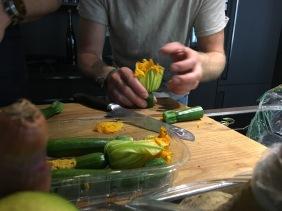 Hier kümmert sich Kosta gerade um den optimalen Zuschnitt der seltenen Zucchiniblüten für unser gemeinsames Mittagessen.