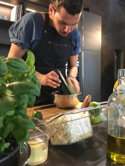 Hier sieht man Birtan wie er für die Zucchinipuffer blitzschnell Zucchini hobelt. Er ist dabei so schnell, dass ich kein scharfes Fotos schießen konnte ;)