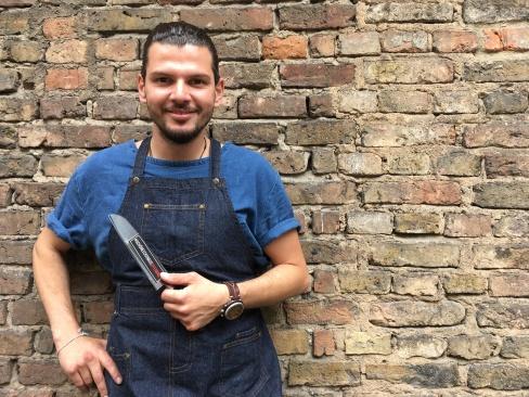 Birtan Binici mit meinem Aufkleber. Er ist stolz und sichtlich glücklich, auf das was er mit seinem Kochclub in der Fabrik bisher auf die Beine gestellt hat.