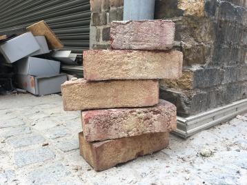 Sinnbild: Manchmal muss man altes Mauerwerk einreißen, um Tradition neues Leben einzuhauchen!