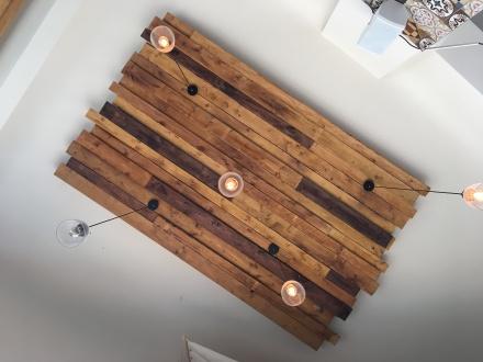 Auch an der Decke findet man warme Holz Elemente. Ein stimmiges Gesamtkonzept.