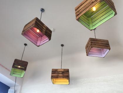 """Ziemlich gute Idee. Ausrangierte Obstkisten dienen im """"Das süsse Leben"""" als Lampenschirme! Bißchen Farbe drauf und fertig ..."""