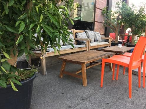 """Der Außenbereich rund um """"Das süsse Leben"""" lädt zum verweilen ein. Warmes Holz trifft auf farbenfrohes Kunststoff ..."""