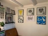 Kreative Arbeiten zieren die Wände seines Arbeitszimmers!