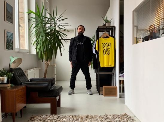 069 steht für Heimat und der Künstler hier neben seiner sinnstiftender Streetwear: Offenbach Neue! Straight outta Offenbach!