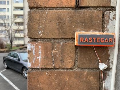 Hinter einem neon-orangenen Klingelschild verbirgt sich die hübsche und kreative Kommandozentrale von Maziar Rastegar
