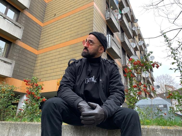Maziar erinnert sich zurück an seine Kindheit und wie es war zwischen Hochhäusern und den unterschiedlichsten Nationalitäten aufzuwachsen.