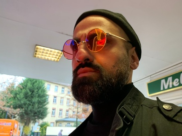 Spiegelungen im Neonlicht: Die nackte Wahrheit.