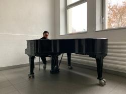 Maziar am Klavier: ...