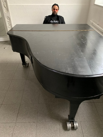 """""""... so fremd wie mir die Tasten auf dem Klavier erscheinen, so fremd habe ich mich damals in diesem kreativen Mikrokosmos gefühlt."""""""
