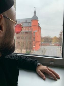 ... wir stehen in der Hochschule für Gestaltung in Offenbach über dem Torbogen! Unseren Blick haben wir auf den Main und das Schloss gerichtet!