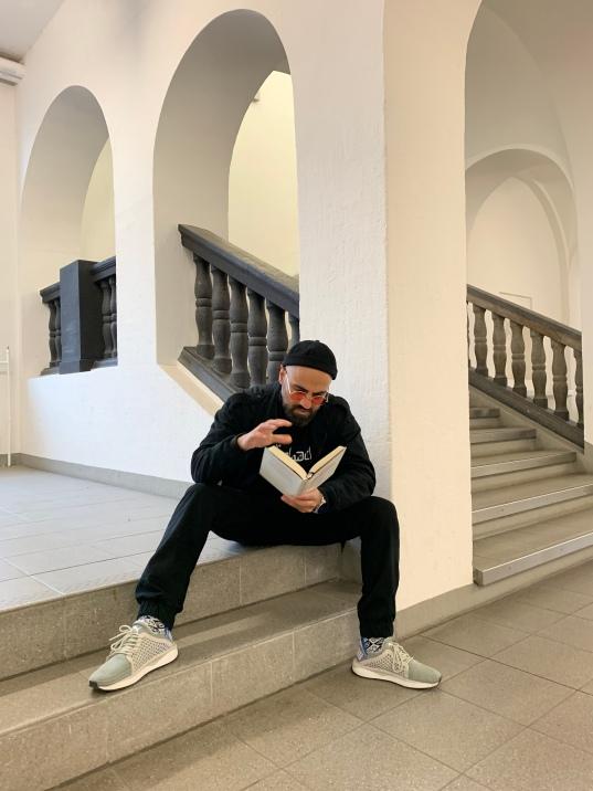 Nicht nur Dank der richtigen Lektüre und Einstellung, sondern auch weil Mazi alles künstlerische ausprobiert hat, hat er es an der HfG geschafft.