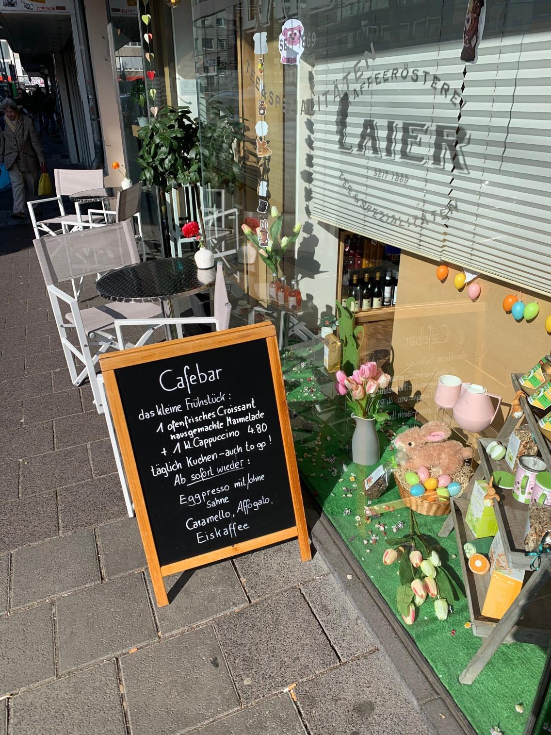 """Vor der Tür der kleinen """"Café Bar am Wochenmarkt"""""""