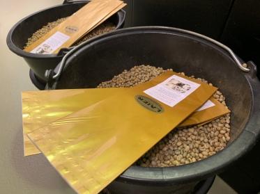 Was wie einfache Kaffeebohnen aussieht, sind bereits die fertig abgewogenen Kaffeemischungen. Hier im Bild, die Mischung: Offenbacher Kaffeeklatsch