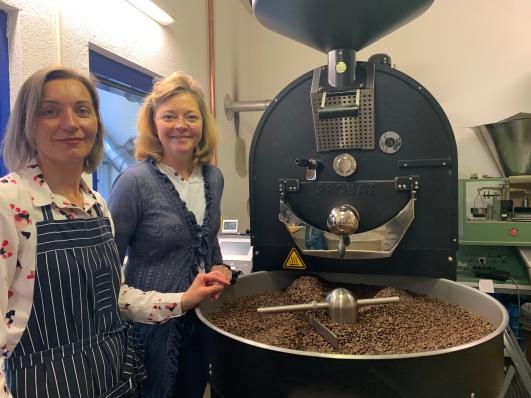 Annette neben ihrer Mitarbeiterin Justyna. Sie ist neben der Chefin, für den Röstprozess in der Kaffeerösterei Laier verantwortlich.