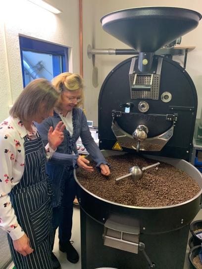Kaffeeauslese: Justyna und Annette entgeht nichts! Bohnen die nicht ihren Ansprüchen genügen, werden sofort aussortiert!