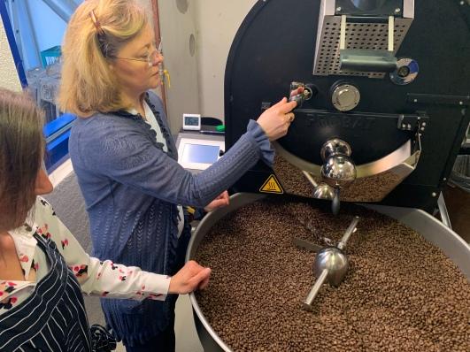 Annette Laier übernimmt während meinem Besuch für einen Moment die Maschine und prüft mit geschultem Blick den Röstgrad der Kaffeebohnen!