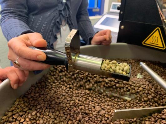 Im direkten Vergleich! Kaffeebohnen vor und nach dem Röstprozess