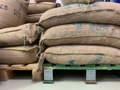 Nach einer frischen Lieferung Kaffee, stapeln sich die Säcke fast bis unter das Dach der Kaffeerösterei Laier.
