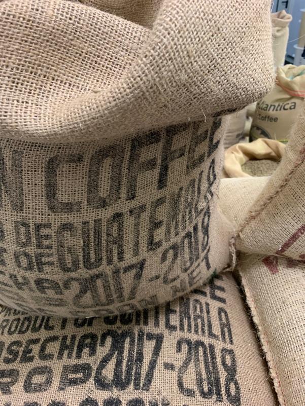 Die vielen Kaffeesäcke in der Kaffeerösterei Laier erinnern mich sehr stark an den Hamburger Hafen und seine Speicherstadt.