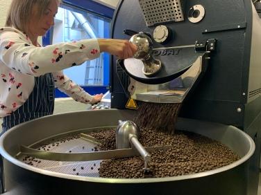 Sobald der Röstgrad erreicht ist, werden die Kaffeebohnen zum abkühlen aus der Maschine gelassen.