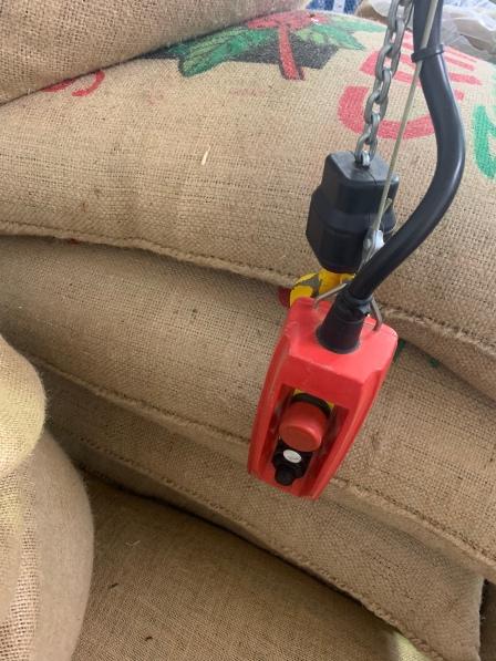 Auf Knopfdruck können die schweren Kaffeesäcke von A nach B gehoben werden! Schon sehr praktisch, wenn man überlegt, dass die Säcke früher getragen wurden!