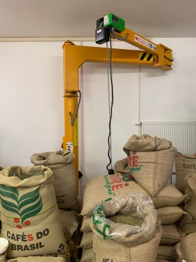 Der Kran transportiert die schweren Kaffeesäcke von A nach B. Er hat eine Traglast von 125 Kg.