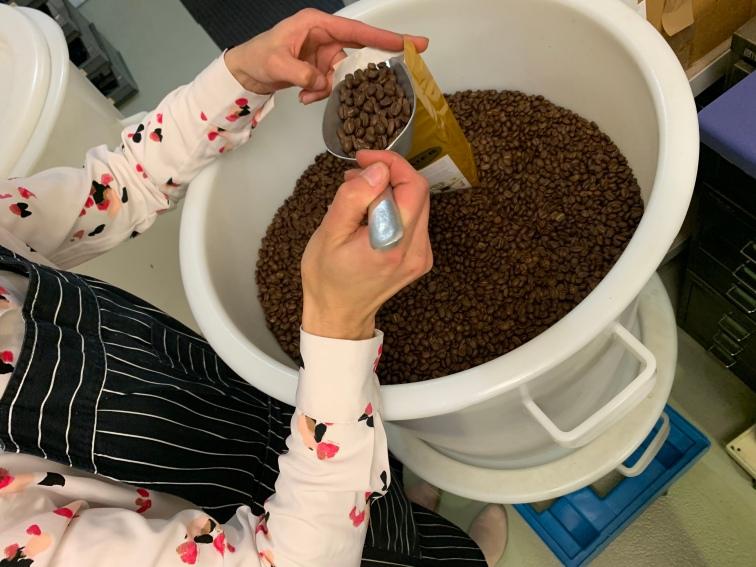 In Handarbeit werden die gerösteten Kaffeebohnen abgefüllt und verpackt!