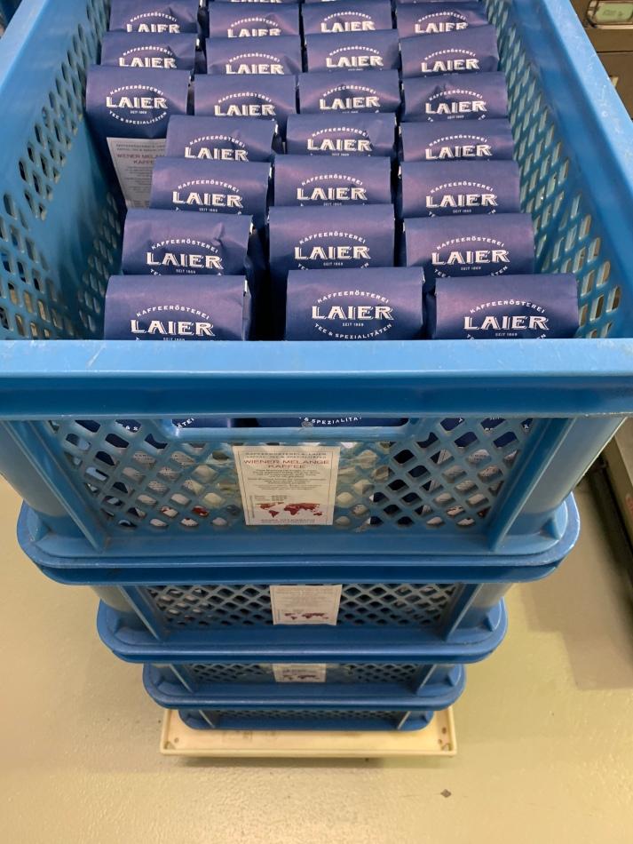 In Reih & Glied! Abgepackt und sortiert! Kaffeemischungen im Hause Laier.