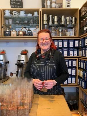 Mit Witz und guter Laune geht die Arbeit leichter von der Hand. Claudia verpackt mit einem Lächeln Gewürzmischungen.