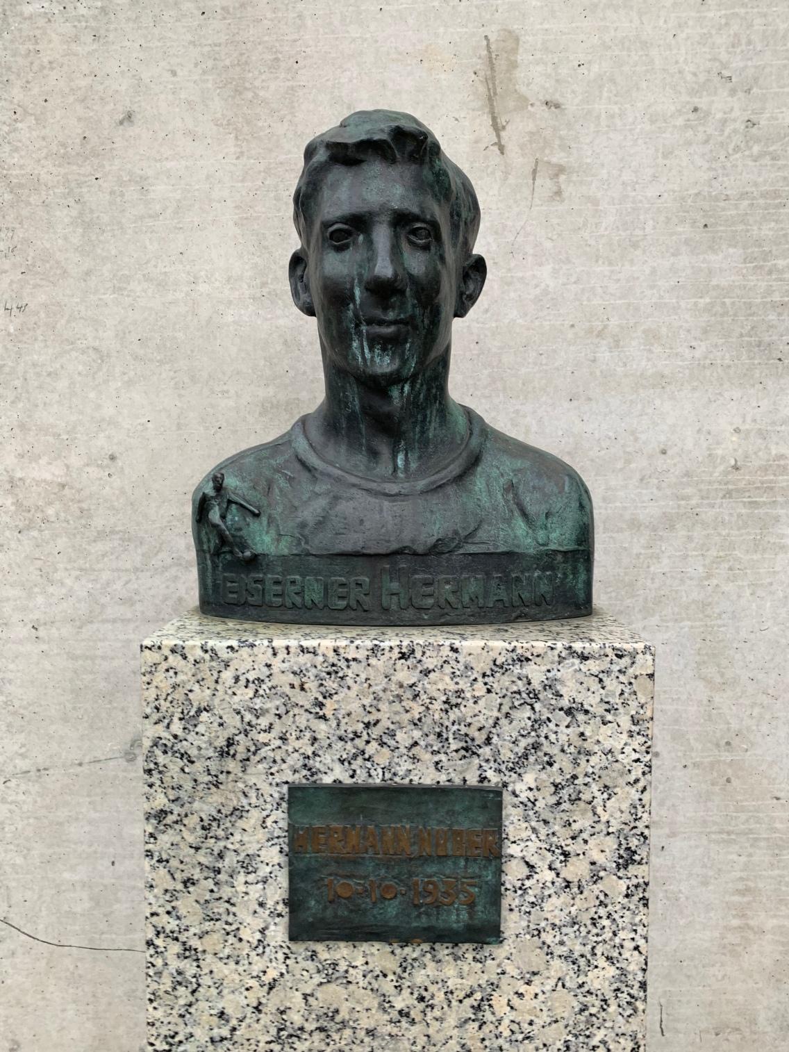 Herman Number ist aufgrund seiner Vereinstreue auch als der eiserne Hermann bekannt. Er hat von 1953 - 71 die Rolle des Abwehrspielers bei den Kickers übernommen. Nach seiner aktiven Karriere war er Trainer im Verein tätig und hat unter anderem Rudi Völler, Oliver Reck und Jimmy Hartwig entdeckt. Er gilt als Sinnbild eines Kickersspieler mit Herz und Treue!