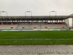 Die Gegentribüne des Sparda-Bank-Hessen-Stadions beherbergt nicht einen einzigen Sitzplatz. Auf besonderen Wunsch der Offenbacher Fans ist Stehen angesagt! Das dahinterliegende Graffiti weist die größten spielerischen Erfolge des Vereins aus.