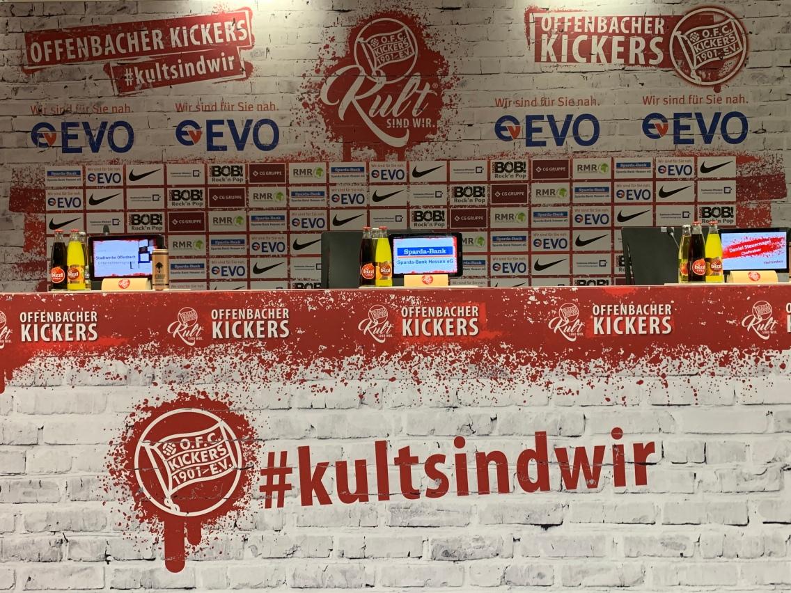 Vor unserem Rundgang durch das Stadion, haben sich alle Teilnehmer im Presseraum der Offenbacher Kickers eingefunden! Fast wie auf einer Pressekonferenz!