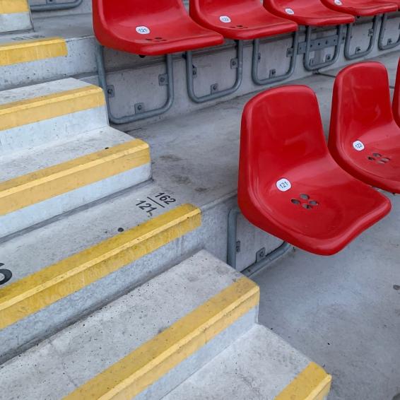 Angeschnittene Sitzreihen auf der Haupttribüne. Wie beim Torschuss, kommt es auch beim fotografieren immer auf den richtigen Winkel an.