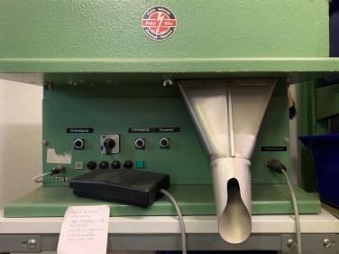 Die Einwiege-Maschine wird hauptsächlich im stressigen Weihnachtsgeschäft oder (jetzt) vor Ostern benötigt!