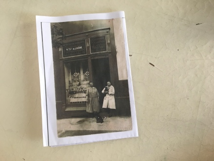 Auf diesem Bild sieht man sehr schön den alten Tante-Emma-Laden, in den Räumlichkeiten des heutigen My Piecycles. Bei den beiden Damen auf dem Bild handelt es sich wohl um Frau Holz und Frau Albert.