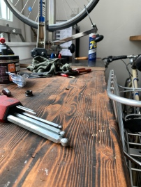 Work in progress: Pascal ist in seiner Werkstatt aktuell ziemlich gut ausgelastet. Es gibt immer etwas zu tun. Wenn ihr auch ein altes Fahrrad besitzt, dass restauriert oder repariert werden müsste, quatscht ihn einfach an oder bringt das Fahrrad vorbei. Pascal freut sich auf euren Besuch!