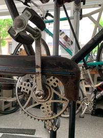Hier sehen wir ein altes Kettenblatt. Es sorgt in Verbindung mit den Pedalen und der Kette für den Antrieb beim Fahrrad fahren.
